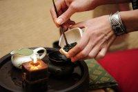 Пересыпает чай из чахэ в чайник