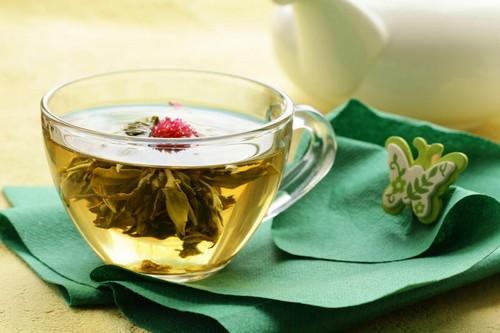Связанный чай в чашке