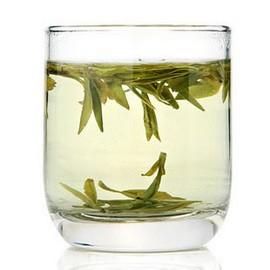 Заваренный чай Лунцзин в бокале
