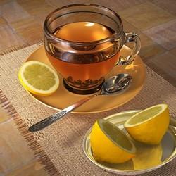 Чай и порезанный лимон пополам