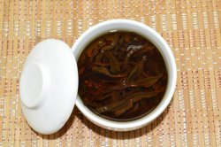Заваренный молочный красный чай в гайвани