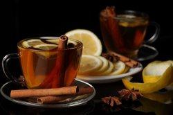 Чашка чая с палочкой корицы