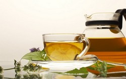 Чашка с черным чаям, листья мяты