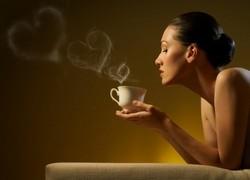 Чашка чая, дымок в виде сердечек, девушка