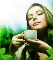 Девушка держит в руках чашку, солнечный свет