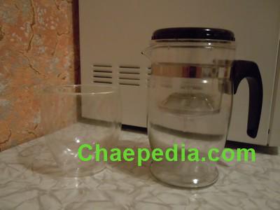 Типот и стеклянная чашка