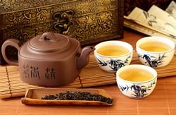Чайник и три чашки чая